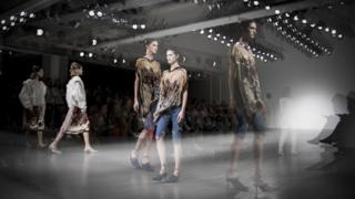 來自巴黎的設計師畢業於倫敦聖馬丁,與傑瑞米·斯科特(Jeremy Scott)一同工作過的Faustine Steinmetz的設計作品全部手工製作完成。