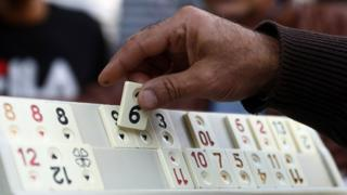 Um grupo joga Okey - passatempo muito popular na Turquia - em Nicósia, capital de Chipre