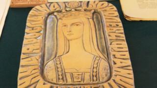 Анна Ярославна была женой французского короля Генриха I (на фото - ее керамическое изображение украинской художницы Галины Севрук)