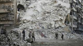 волонтеры в Алеппо ищут выживших после авианалета
