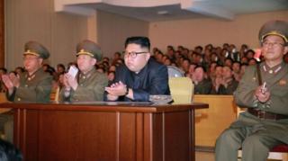 ผู้นำสูงสุดของเกาหลีเหนือบอกว่ากำลังรอดูท่าทีสหรัฐฯ เพื่อประกอบการตัดสินใจว่าจะเดินหน้าแผนโจมตีเกาะกวมหรือไม่