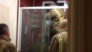 फायर ब्रिगेड के लोगों ने दो खिड़कियों के बीच फंसी महिला को बाहर निकाला