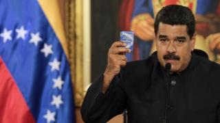El presidente venezolano Nicolás Maduro empuña la Constitución.