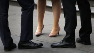تشكو المرأة في مناطق مختلفة من عدم مساواتها مع الرجل في الفرص والأجر