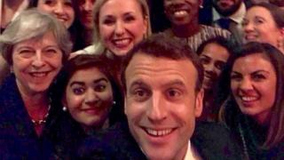 Madaxweyne Macron oo sawir uu isagu qaaday oo ay kula jirto Theresa May kula galay xarunta matxafka Alberta