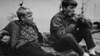 Dos adolescentes fumando en Islandia (1950)