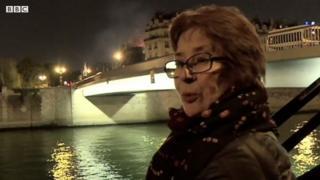 Người Paris đau buồn khi chứng kiến đám cháy tại Nhà thờ Đức Bà