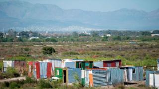 Des habitations de fortune dans la ville du Cap (illustration).