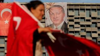 Флаги Турции и портрет Эрдогана на площади Таксим