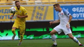 Андрій Ярмоленко і гравець збірної Словаччини на полі