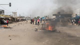 Protesters dey burn tyre for street for Togo