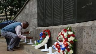 Des survivants allument des chandelles à la mémoire des victimes à Nairobi.