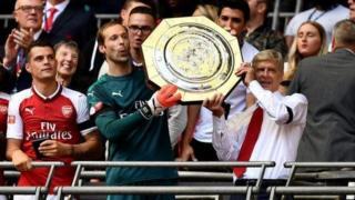Arsene Wenger da 'yan wasansa rike da Community Shield