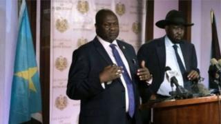 Prezida Salva Kiir (iburyo) wa Sudani y'Epfo na Riek Machar (ibubamfu)