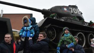 ljudi na dočeku tenkova