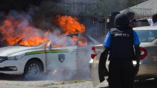 Police dey look as one of dia cars dey burn afta dem clash with Shiite members for Abuja on October 30, 2018