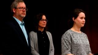 Une des nombreuses victimes de Larry Nassar, avec ses parents au tribunal (illustration).