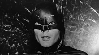 Adam West interpretando a Batman