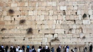 Tembok Barat adalah tempat berdoa paling suci bagi warga Yahudi.