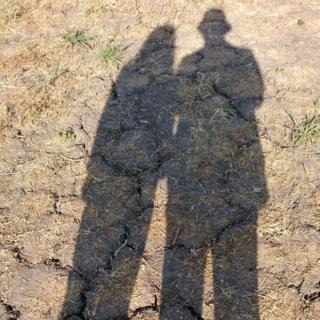 Sombras sobre la tierra seca
