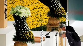 """2018年8月15日,二战日本投降73周年的纪念仪式上,明仁天皇和皇后向""""全国战没者之灵""""默哀。"""