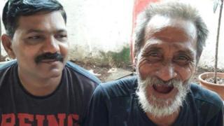 Khomdram Gambhir Singh (derecha) con un policía de Bombay.