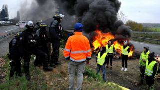 Fransa'nın Belçika sınırında bulunan Crespin'deki protestodan bir kare