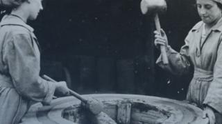 كيف تحملت السيدات ظروف العمل القاسية في مصانع السلاح أثناء الحرب العالمية؟