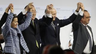 El momento en el que los líderes globales celebraban el consenso sobre el Acuerdo de París.