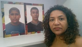 Elizabeth Medina Paulino com a foto dos filhos Rafael e Renan, ambos mortos na chacina