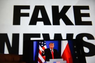 스마트폰 속 미국 도널드 트럼프 대통령의 얼굴 뒤로 '가짜 뉴스'라는 글자가 박혀 있다