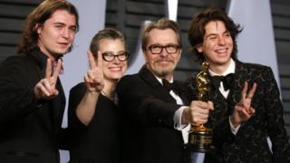 Gary Oldman (segundo por la derecha) con sus hijos Gulliver Oldman (izquierda) y Charlie Oldman (derecha), y su esposa Gisele Schmidt, tras ganar el Oscar el domingo 4 de marzo.