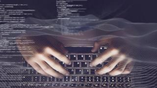 manos en computadora
