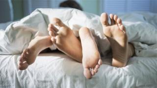 बिस्तर में कपल, पैरों की तस्वीर