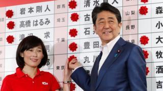 丸川珠代参議院議員(左)の再選を喜ぶ安倍晋三首相(21日、東京の自民党本部)