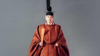 El emperador Akihito en su traje de ceremonia, en 1990.