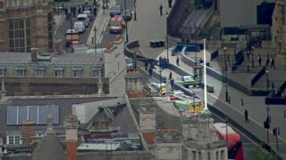 السيارة التي اصطدمت بالحواجز الأمنية تشاهد هنا في الصورة