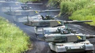 日本自衛隊進行坦克演習。