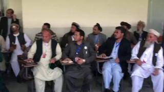 کابل کې د افغان مشورتي لويې جرګې دوهمه ورځ، له درې زرو ډېر ګډونوال یې په ۵۱ کمېټو يا ډلګيو وېل شوي، چې د سولې راوستو په اړه به پر لارو چارو سره غور او بحثونه کوي.