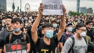 ဟောင်ကောင်ခေါင်းဆောင် ရာထူးက ဆင်းပေးဖို့ လူသန်းချီတောင်းဆို