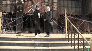 As irmãs Farah e Rafal, estudantes de medicina, coletaram livros de todas as partes do país para formar uma nova coleção para a biblioteca da Universidade de Mossul.
