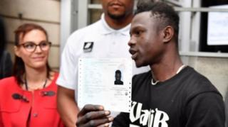 가사마는 프랑스 시민권을 받기 위한 첫 절차로 프랑스 거주를 허가받았다