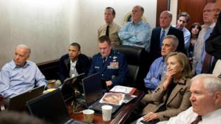 بارک اوباما او د بهرنیو چارو وزیره هېلیري کلنټن د امریکا د ملي امنیت له مشرانو سره د اسامه بن لادن د وژل کېدو عملیات ګوري