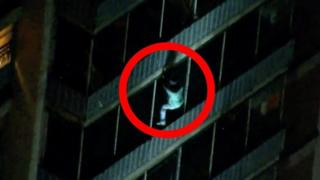 Мужчина спустился по фасаду здания, спасаясь от пожара.