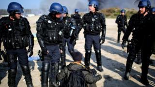 Полиция обыскивает мигранта