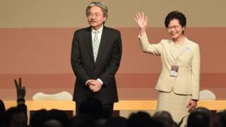 据特首选举之前民调反映,曾俊华(左)民望远远抛离林郑月娥(右);但经选委投票后,特首宝座却由林郑月娥登上。