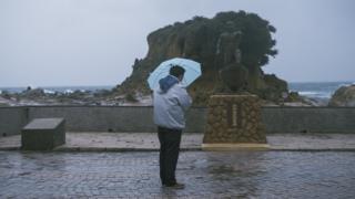 基隆的和平岛上矗立着一座纪念碑,纪念因228事件被国民政府军队杀死的日本渔民青山惠先。