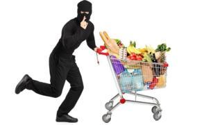 Ladrón con carrito de supermercado lleno de cosas
