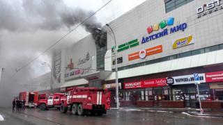 火災のあった施設からは黒い煙が立ち上った