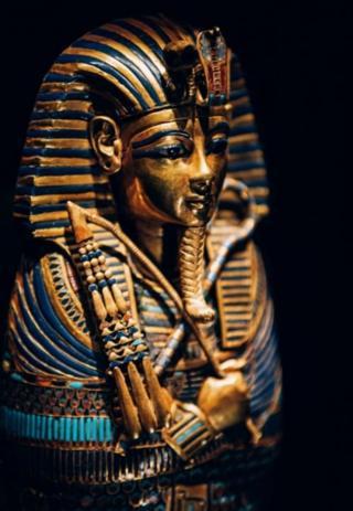 Золотой, инкрустированный драгоценными камнями погребальный саркофаг Тутанхамона